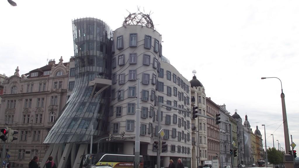 Fred și Ginger, corpurile clădirii dansatoare din Praga
