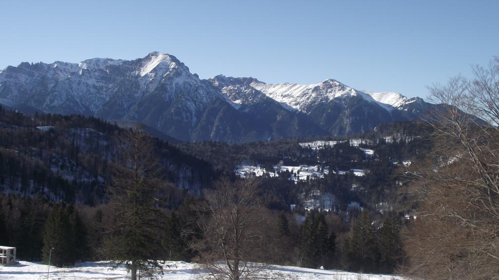 Munții Bucegi văzuți de la Cabana Trei Brazi