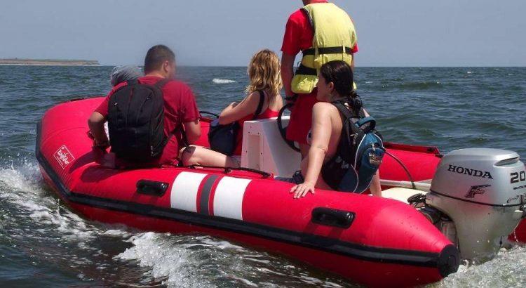 barca pneumatica, turisti, mare, asigurare calatorie