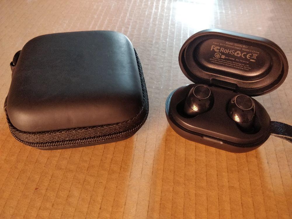 Comparație dock Spunky Beat cu carcasa de protecție pentru căștile in-ear vechi
